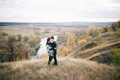 Kochankowie chodzi w górach Jesieni miłość dwa szczęśliwego ludzie Lovebirds obejmują Piękny miejsce dla daty fotografia royalty free