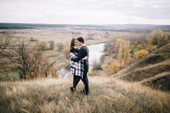 Kochankowie chodzi w górach Jesieni miłość dwa szczęśliwego ludzie Lovebirds obejmują Piękny miejsce dla daty zdjęcie stock