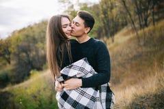 Kochankowie chodzi w górach Jesieni miłość dwa szczęśliwego ludzie Lovebirds obejmują Piękny miejsce dla daty fotografia stock