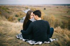 Kochankowie chodzi w górach Jesieni miłość dwa szczęśliwego ludzie Lovebirds obejmują Piękny miejsce dla daty zdjęcia stock
