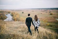 Kochankowie chodzi w górach Jesieni miłość dwa szczęśliwego ludzie Piękny miejsce dla daty obraz stock