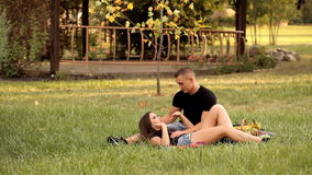 Kochankowie cieszą się each inny outdoors zbiory wideo
