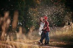 Kochankowie ściska w naturze Zdjęcia Royalty Free