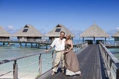 Kochankowie, mężczyzna i kobieta na drewnianej ścieżce przy morzem, zwrotniki zdjęcie stock