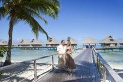 Kochankowie, mężczyzna i kobieta na drewnianej ścieżce przy morzem, zwrotniki zdjęcia royalty free