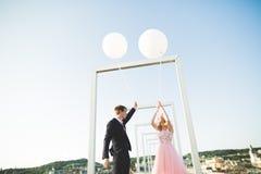 Kochankowie obsługują i kobieta obejmuje each inny outdoors Zdjęcie Royalty Free