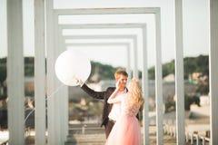 Kochankowie obsługują i kobieta obejmuje each inny outdoors Obraz Royalty Free