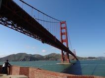 Kochankowie pod Golden Gate Bridge Zdjęcia Royalty Free