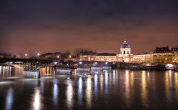 Kochankowie przerzucają most Paris przy nocą Obrazy Stock