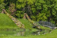 Kochankowie przerzucają most w ogródzie botanicznym Craiova, Rumunia Obraz Stock