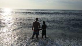 Kochankowie przy plażą Obraz Royalty Free