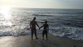 Kochankowie przy plażą Zdjęcia Royalty Free