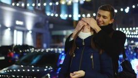 Kochankowie spotykają w ulicie nocy miasto zdjęcie wideo