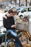 Kochankowie w Amsterdam przy zmierzchem zdjęcia stock