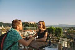 Kochankowie z europejskimi czerwonymi dachami i kasztel na tle w Ljubljana fotografia royalty free