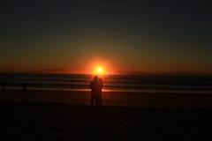 Kochankowie z wschodem słońca zdjęcie royalty free