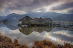 Kochel jezioro z budami Zdjęcia Royalty Free