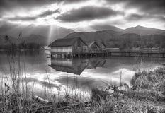 Kochel sjö med kojor Arkivfoto