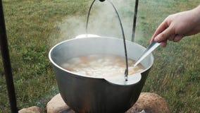 Kochen auf dem Feuer stock video