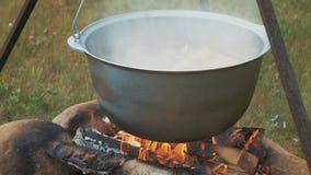 Kochen auf dem Feuer im Topf stock video