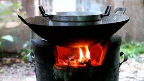 Kochen auf einem Feuer stock video footage