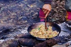 Kochen auf einem Feuer im Wald Lizenzfreie Stockfotografie