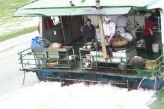 Kochen auf einem Schiff in China lizenzfreie stockbilder