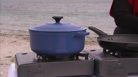 Kochen auf einem Ufer stock footage