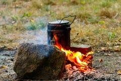 Kochen auf Lagerfeuer beim Kampieren stockfoto
