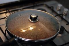 Kochen auf Ofen stockbild
