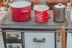 Kochen auf Retro- Holz getanktem Ofen stockfotografie