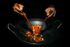 Kochen auf Wokbratpfanne Lizenzfreie Stockfotografie
