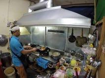 Kochen Chefnahrungsmittelder thailändischen Artnahrung stockfotografie