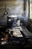 Kochen in den Kasserollen auf einem improvisierten Ofen über einem Feuer Lizenzfreie Stockfotografie