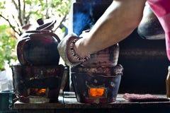 Kochen der chinesischen Kräutermedizin lizenzfreies stockbild