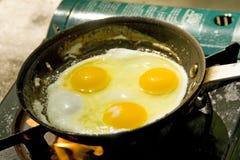 Kochen der Eier Stockbild