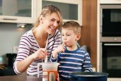 Kochen in der Familie - Schmecken der Soße lizenzfreies stockfoto