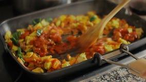 Kochen der gesunden Nahrung Gemüse mit chiken stock footage