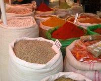 Kochen der Gewürze auf dem Markt Stockfoto