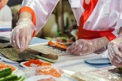 Kochen der japanischen Sushirollen lizenzfreies stockbild