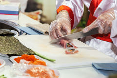 Kochen der japanischen Sushirollen stockfoto