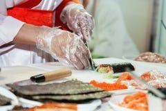 Kochen der japanischen Sushirollen stockfotos