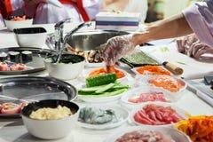 Kochen der japanischen Sushirollen lizenzfreie stockfotografie