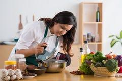 Kochen an der Küche Lizenzfreies Stockbild