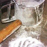 Kochen in der Küche sieb lizenzfreie stockbilder