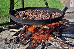 Kochen der Kastanien im Herbst Stockbilder