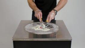 Kochen der natürlichen FruchtEiscreme in der thailändischen Art clip Die Herstellung der Eiscreme rollt mit Maracuja auf kalter P stock video