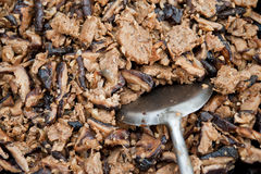 Kochen der Pilze mit vegetarischem Fleisch Stockbild