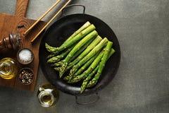Kochen der Spargelmahlzeit in der Wanne stockfoto