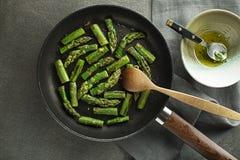 Kochen der Spargelmahlzeit in der Wanne stockfotografie